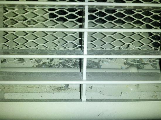 Microtel Inn & Suites by Wyndham Brunswick North: Dirty Air Unit blowing out dirty air