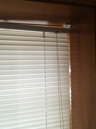 AppleCreek Resort- Hotel & Suites: Apple Creek_Blinds falling down