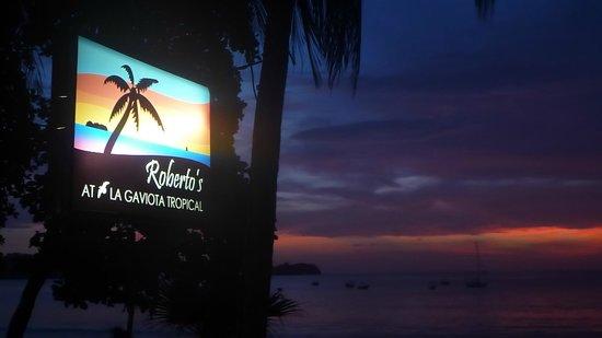 Roberto's Bar & Restaurant: Roberto's sign on the beach
