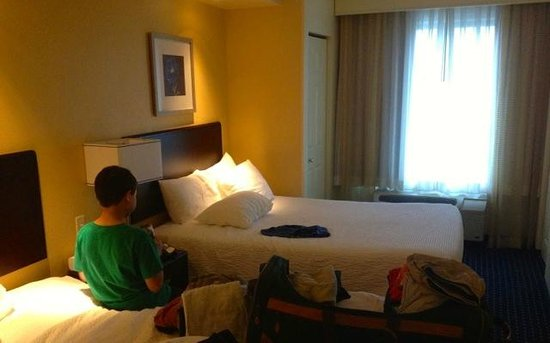 SpringHill Suites Erie: Old style room, but just a comfy as the newer style