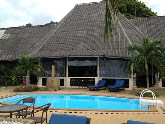 Weekender VIlla Beach Resort : zona de piscina y recepcion