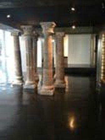 Hotel Demetria: Columnas en la entrada del hotel, en frente a la recepcion