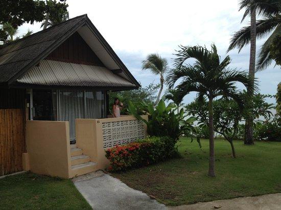 Weekender VIlla Beach Resort : bungalow frente a la piscina