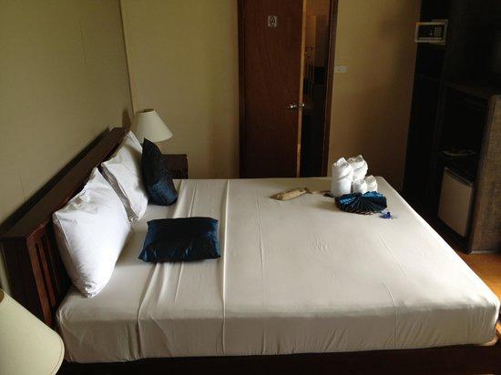 Weekender VIlla Beach Resort : cama habitacion bungalow frente a la piscina
