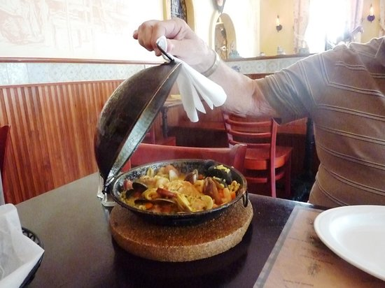 Vista Motel: Portuguese Paella in Copper server, nearby restaurant