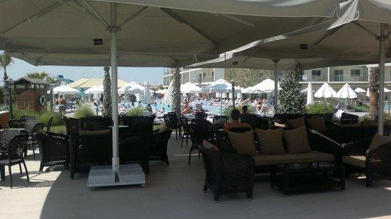 Sunwing Side Beach: Utsikt över bar och pool