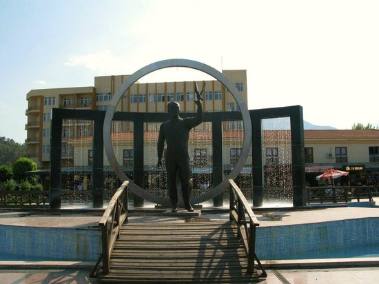 Magic Dream Resort Hotel: Мустафа́ Кема́ль Ататюрк памятник в сквере