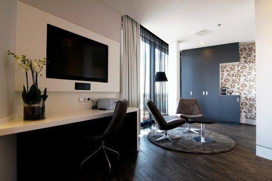 huge desk. Mercure Hotel Amersfoort Centre: A Huge Desk In All Rooms I