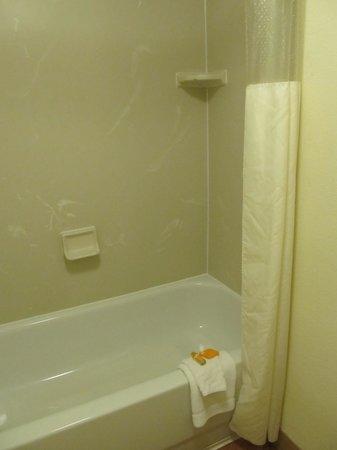 La Quinta Inn & Suites Portland : Bath room was clean- room 124