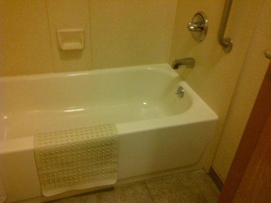Comfort Suites Airport: Bathtub