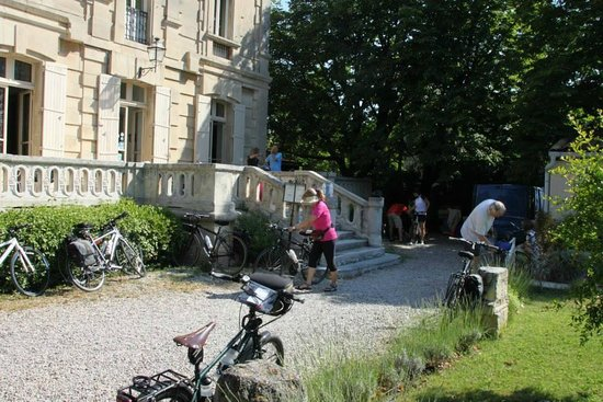 Hotel Restaurant Les Cedres : Setting the bikes in front of the hotel