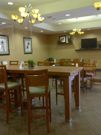 Comfort Suites Airport: Dining area