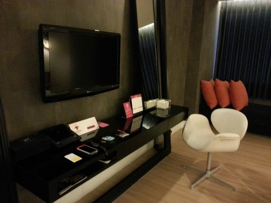 GLOW Trinity Silom: TV, mirror and the dvd player