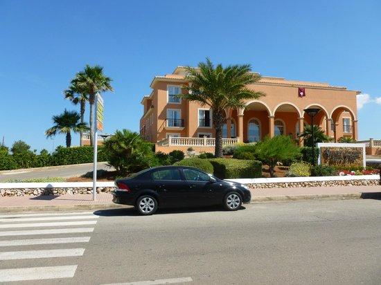 Grupotel Macarella Suites & Spa: Entrada al Hotel