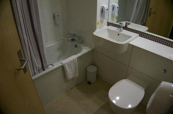 Premier Inn London County Hall Hotel: Clean, basic bathroom.  Shower over bath