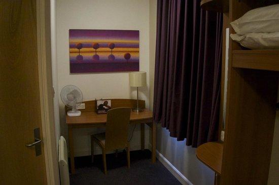 Premier Inn London County Hall Hotel: Small office area