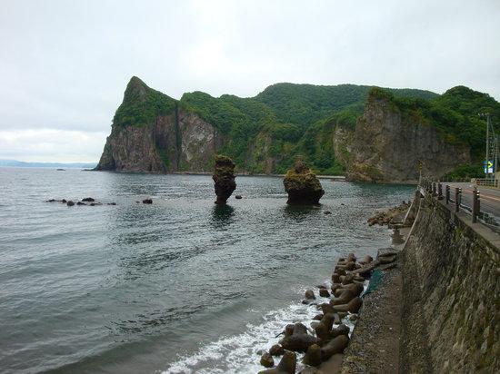 Yoichi-cho, Japan: えびす岩と大黒岩です。見過ごしてしまいやすいので写真を撮るのに大変でした(笑)