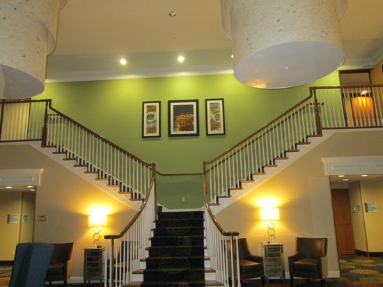 Holiday Inn Express & Suites: Staircase is really cool. Very grand.
