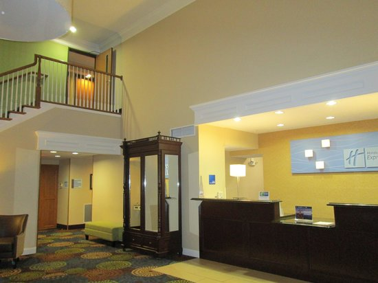 Holiday Inn Express & Suites: Front desk and door to breakfast area
