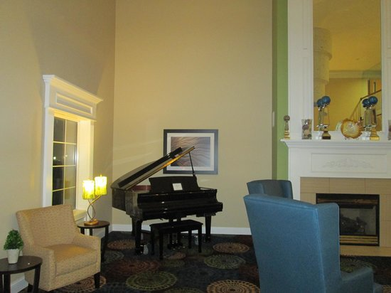 Holiday Inn Express & Suites: Grand piano in the lobby