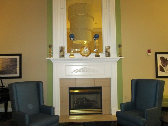 Holiday Inn Express & Suites: Gorgeous fireplace!!