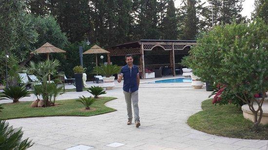 Veduta della piscina con il mitico enzo foto di - Residence il giardino bellaria ...