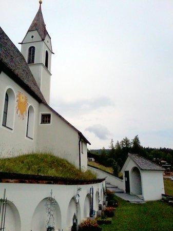 Hotel Helga: Kirche Mösern - Mach' es wie die Sonnenuhr zähl' die heitren Stunden nur !