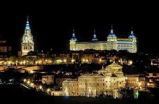 Hostal La Posada de Zocodover: Vista nocturna del Alcázar y ciudad.