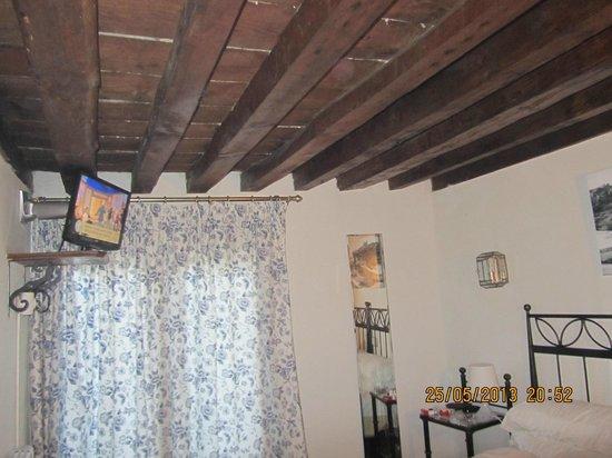 Hostal La Posada de Zocodover: Detalle del techo de la habitación.
