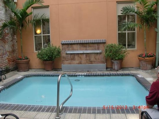 Country Inn & Suites By Carlson, New Orleans French Quarter : Small swimming pool in patio