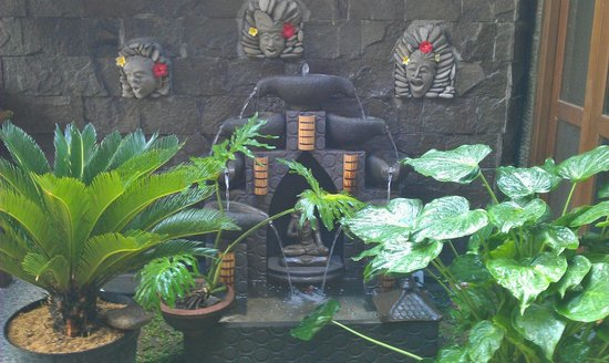 Jangkrik Homestay: Very special fountain in our new designed garden