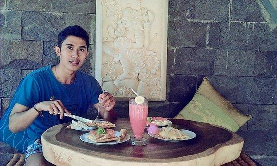 جانغكريك هومستاي: Wayan enjoying wide choice of breakfast in Gazebo