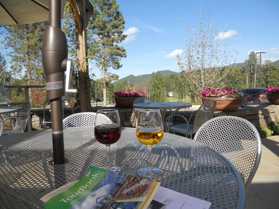 Prairie Berry Winery : patio seating for sipping and dining