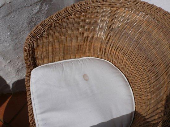 Hotel Jardin Tropical: dirty patio chairs