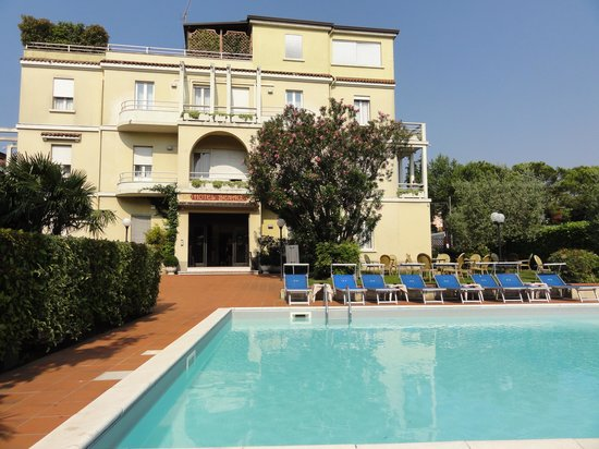 Hotel Benaco: hotel and pool