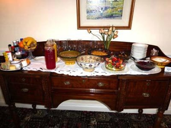 Sallyport House: The breakfast starters: juices, fruits, cheeses, etc