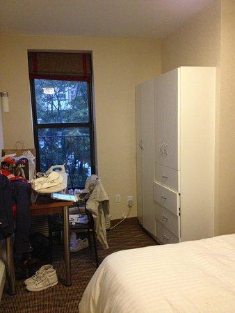 Hotel Five44: Fenêtre et placard