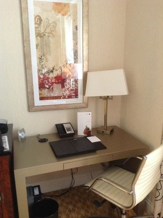 JW Marriott Chicago: Room/desk