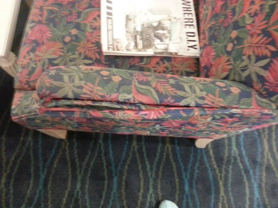‪‪Holiday Inn Express & Suites Wilmington - University Center‬: torn chair‬