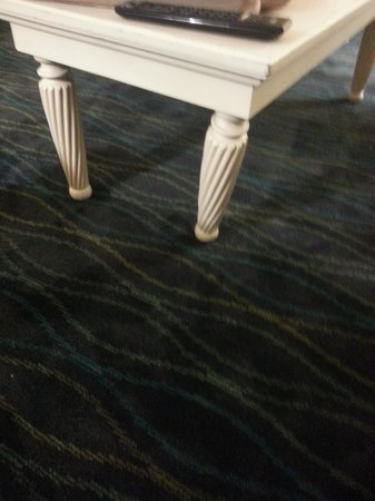 Holiday Inn Express & Suites Wilmington - University Center: broken table legs