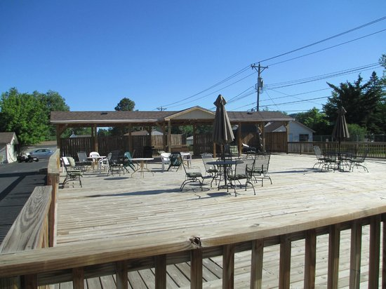 The Crow Peak Lodge: Patio area