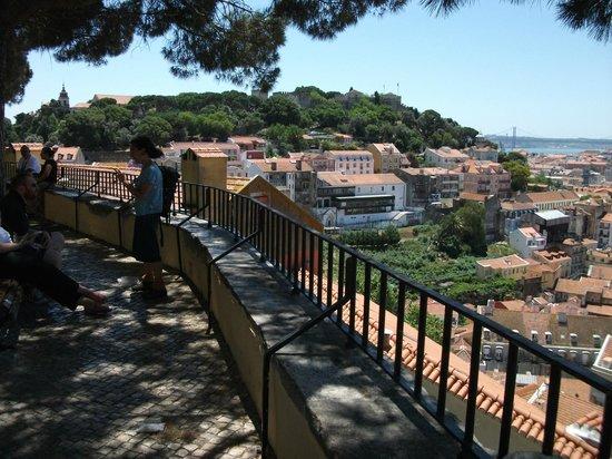Johnies Place Lisbon Hostel & Suites: Miradouro da Graca, drei Schritte entfernt