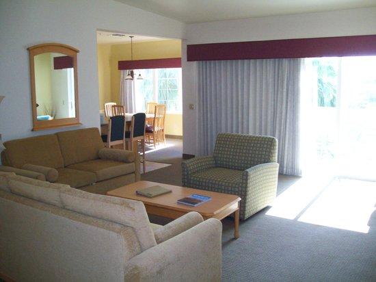 رينتريز سيمارون جولف ريزورت: Living Room and Dining Room