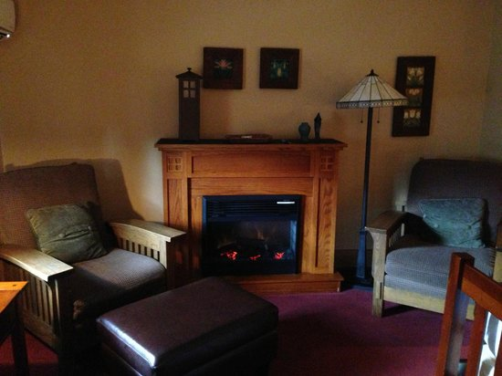 Settlers Inn: Room 206, view of fireplace and cozy seating area