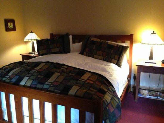 Settlers Inn: Room 206, king-sized, very fluffy bed