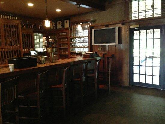 Settlers Inn: Bar area (very friendly server!)