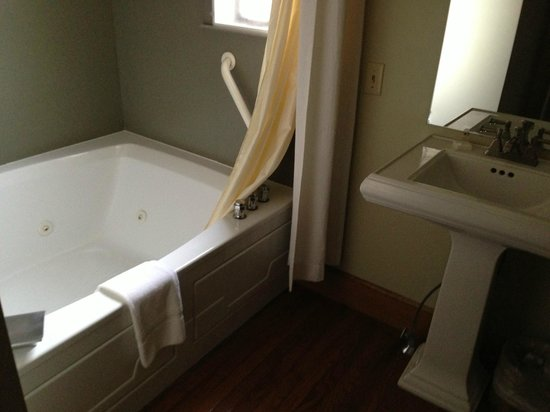 Settlers Inn: Room 206, partial view of bathroom with whirlpool tub