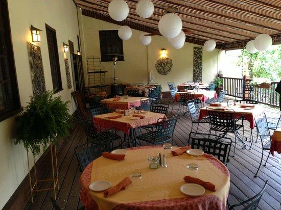 Settlers Inn: Outdoor dining area