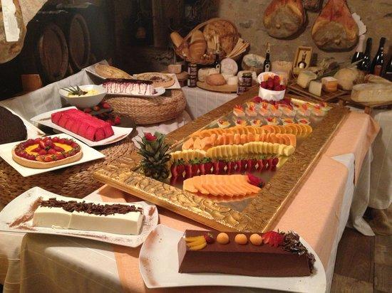 Buffet Di Dolci Di Natale : Uno dei nostri buffet di dolci fatti in casa picture of taverna