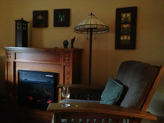 Settlers Inn: Room 206, view of fireplace and seating area
